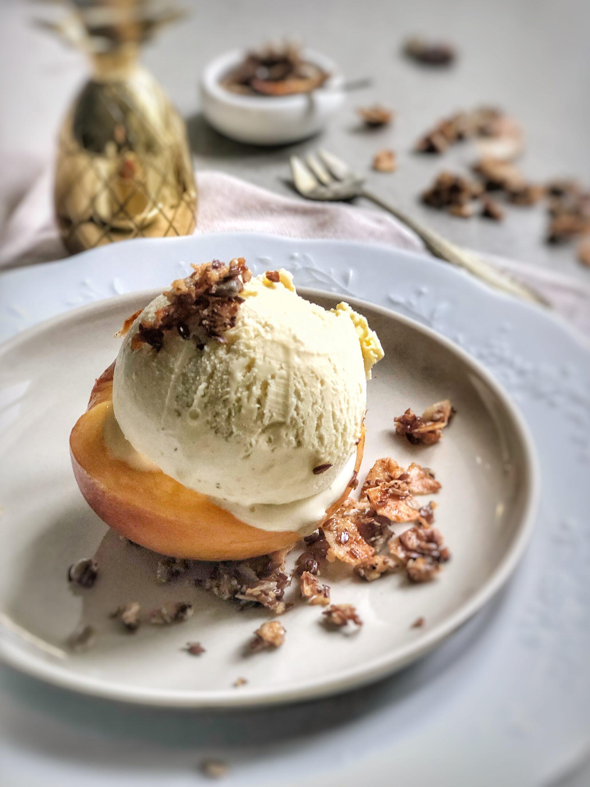 Ein pochierter Pfirsich mit Vanilleeis und Granola ist ein schnelles Dessert